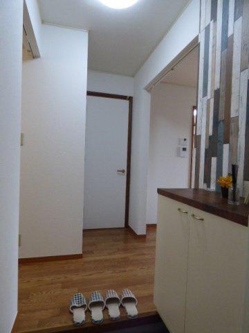 玄関入って左側が洗面室、右側がダイニングキッチンとなります