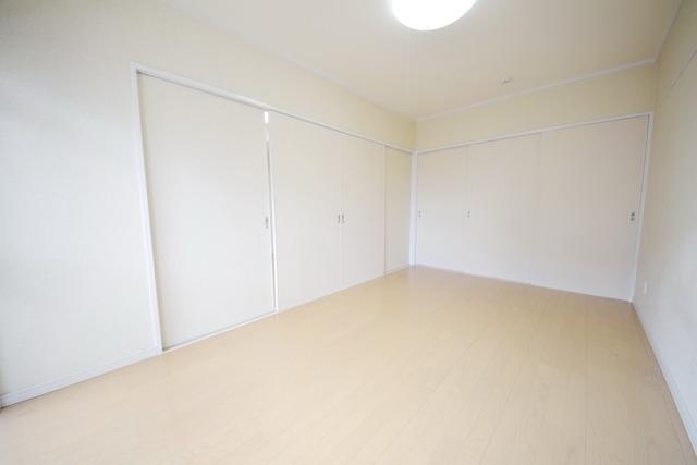 7.5帖洋室です!扉を開けるとリビングと続き間で広く使いやすいです☆