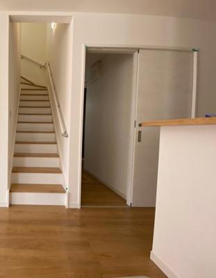 (同仕様写真)リビング階段を採用しています。暮らしやすさと安全の為に、階段には手すりを採用しています。窓もあり明るく風通りも良いです