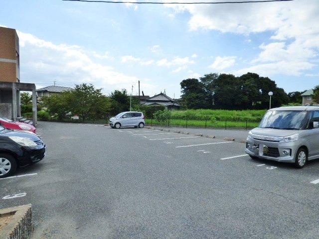 切り返すスペース十分でバック駐車もスムーズな駐車場。