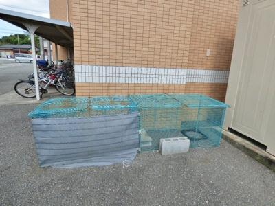エントランスの向かって右側奥に業者回収敷地内ゴミ置場あり。