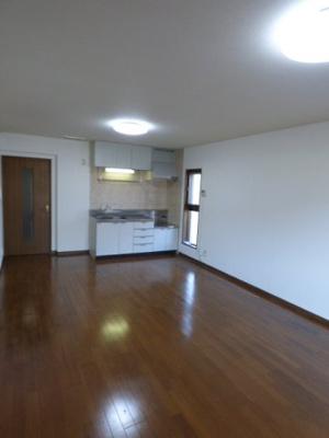 LDK13帖。キッチン壁付けで開放感のある空間になっております。※掲載画像は同タイプの室内画像のためイメージとしてご参照ください。