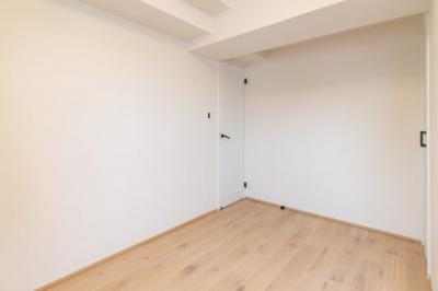 落ち着いた色調の洋室です。約6帖の広さがあります。