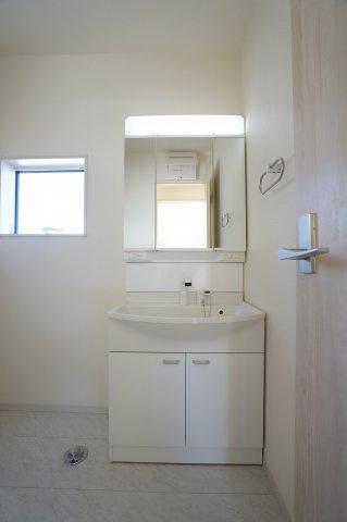 【同仕様施工例】三面鏡の収納で歯ブラシや化粧品などの小物を収納出来てすっきりです。