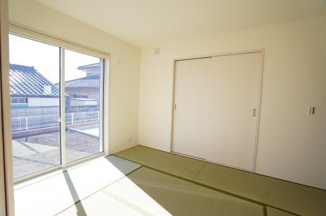 【同仕様施工例】6帖 南向きの明るい和室です。掃出し窓なのでお庭にも出られます。