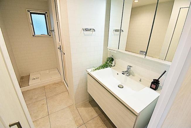 リベレ向陽台第六号棟:三面鏡が付いた明るく清潔感のある洗面化粧台です!