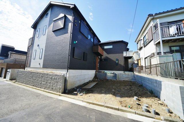 第一種低層住居専用地域の閑静な住宅街に立地しています