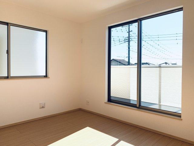 【同仕様施工例】2階 スーツケースやゴルフ用品など大きな物も収納できます。窓もあるので換気ができます。