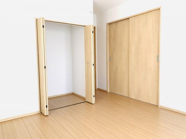 【同仕様施工例】1階 普段使いの衣類やバッグ等収納するのに便利です。