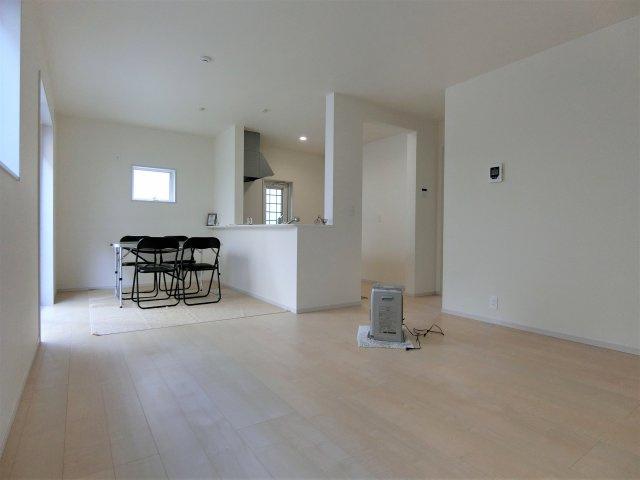 5号棟。ベージュ系の外壁サイディングに濃グレーの玄関周りがオシャレ♪3390万円(税込み)