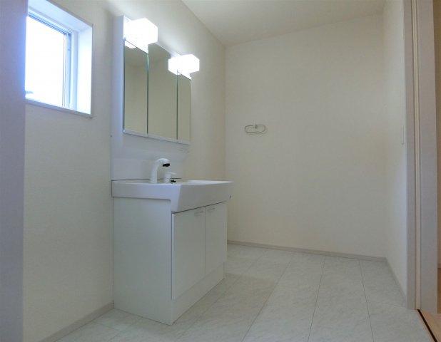 1号棟。ホワイト系とブラウンの外壁サイディングで貼り分けられ落ち着いた印象。3390万円(税込み)
