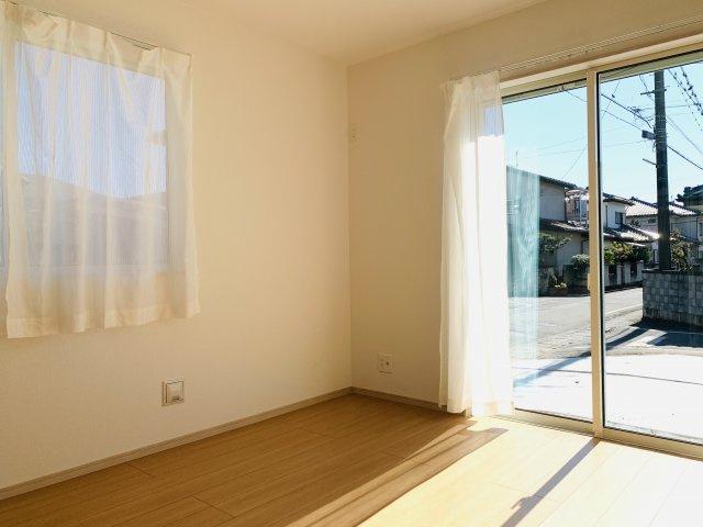【同仕様施工例】南向きのリビングです。一日を通して陽当たりがよいため、部屋が明るいです。
