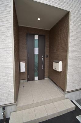 ポーチもある玄関です。