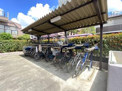 屋根付きの駐輪場スペースです。