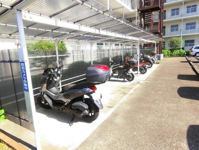 屋根の有る敷地内バイク置場