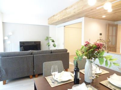 明るく開放的な空間が広がるLDK。室内には豊かな陽光が注ぎ込み、爽やかな住空間を演出。ホームパーティでもゲストと一緒に調理を楽しみながら時間を過ごせそう。