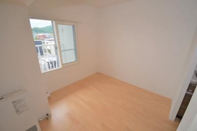 キッチンすぐ横にダイニングスペースがあります。