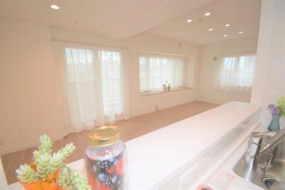 キッチンからリビング側を撮影しました。