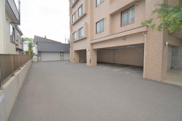 反対側にも駐車場スペースはあります。