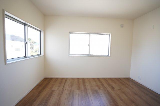 【同仕様施工例】2階6帖 窓が2面あるので採光・通風のよいお部屋です。