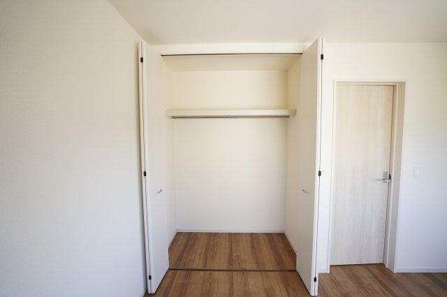 【同仕様施工例】2階6帖 収納ケースを上手に活用してすっきり片付けたいですね。