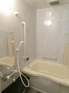 浴槽の横に手摺がついています。追い焚き機能付きなので、温くなったお湯を温めなおせます。