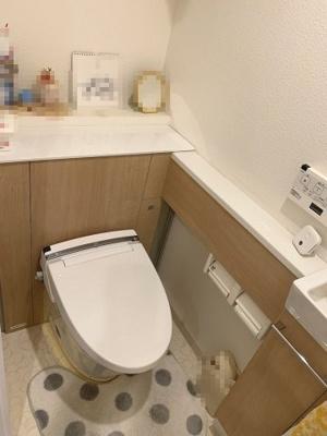 温水洗浄便座・手洗い場を設置したお手洗いです。背面に飾り棚もあり、素敵な空間に仕上げていただけます♪