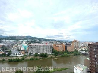 バルコニーからの眺望です♪周囲の目線も気になりませんね(^^)山も川も見えます!!