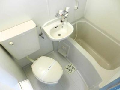 白を基調とした清潔感のあるトイレ