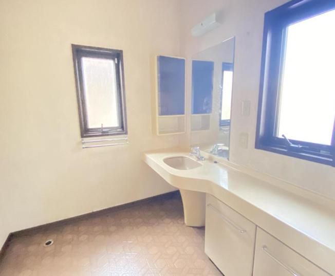 1階洗面脱衣所☆ 約1坪のスペースがありますので洗濯機を置いても十分スペースが確保できます(^^♪