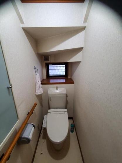 温水洗浄便座のトイレがございます!!