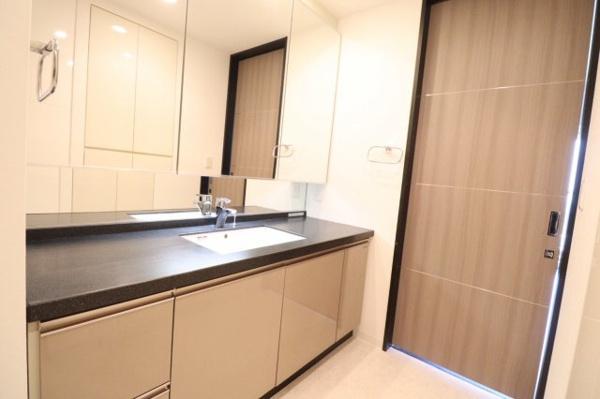 【キッチン】見た目もスタイリッシュなフラット対面式キッチンスペース◎おしゃれで収納力もあり、片付けやすい点が魅力的なキッチンです!!