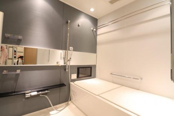 【洋室】女性やお子様には嬉しい、お花の壁紙が特徴的なお部屋です♪ベッドを置いてもゆったりとして頂けます!