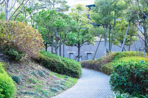【玄関】ダークブラウンを基調とした玄関は、タワーマンションらしく重厚感ある空間となっています。大きなシューズボックスもあり、お気に入りの靴も綺麗に収納して頂けます。