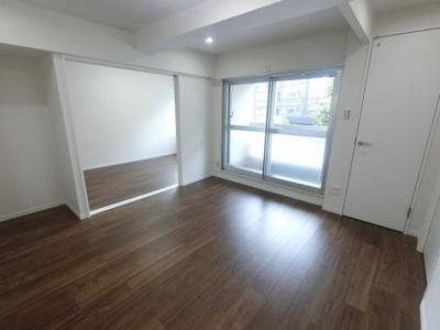 リビングはバルコニーに面しており日当たり・風通し◎ 壁付けタイプのキッチンでお部屋を広くお使いできます。