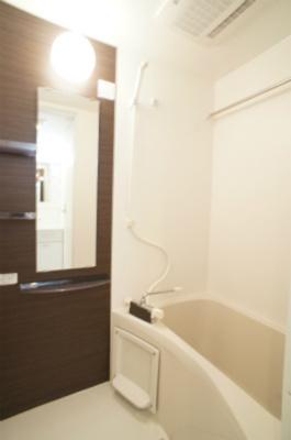 浴室乾燥機付きのバスルームです