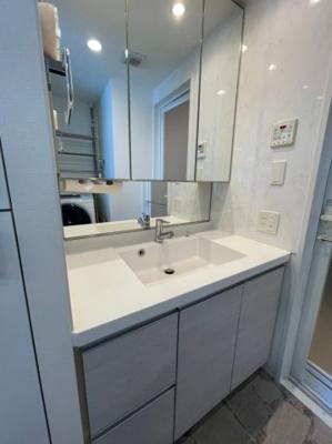全面ガラスの収納箇所多数の洗面台が装備されております、毎日の身支度もラクラクです。