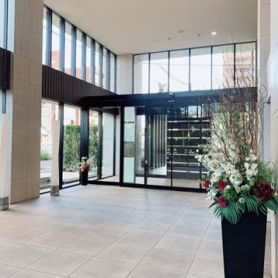 メインエントランスは非常に開放感があり、まるで高級ホテルのロビーのような造りとなっております。
