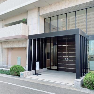 マンションの正面玄関は非常に重厚感のある造りとなっております。