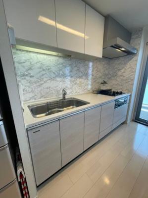 もちろんキッチンには吊戸棚も備わっており、キッチン自体の収納力も抜群です。
