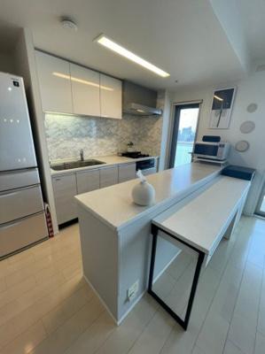 キッチンは非常に開放感のあるカウンターが備わっておりますので、お料理のお片付けも楽々ですしダイニングとしてもお使い頂けます。