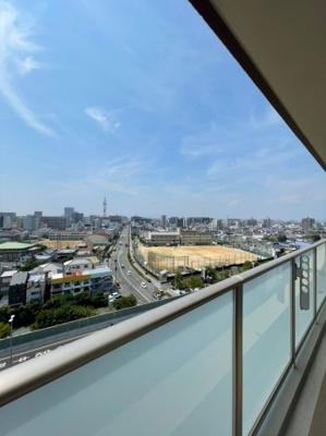 12階部分の高層階になりますので、バルコニーからの眺望は抜群です、目の前に遮るものもございません。