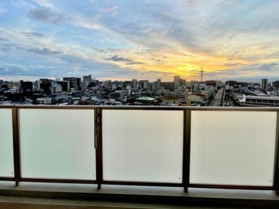 夕方には美しい夕日がお部屋からご覧いただけます、是非一度ご体感下さい。