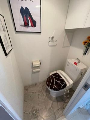 トイレには備え付けの扉付き収納棚もございますので、トイレットペーパーなどの日用品も収納可能です。