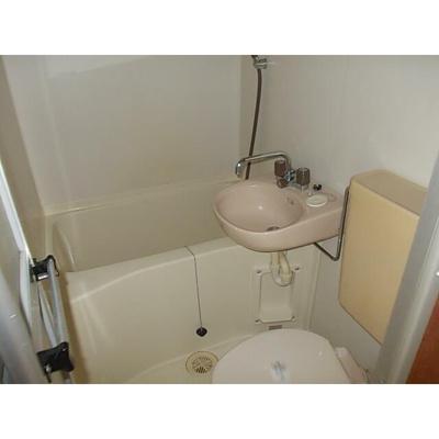 シンプルな3点ユニットバスルーム