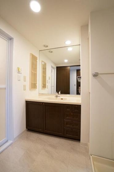 洗面台には大きな鏡が付いているので、朝の忙しい時間も家族一緒に使えて便利ですね!