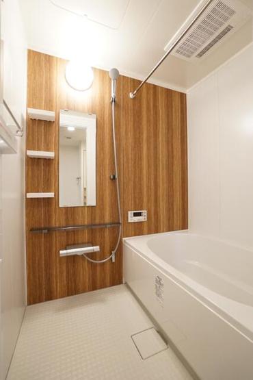 バスルームはナチュラルな木目調の壁を使用して、ほっと落ち着ける空間になりました