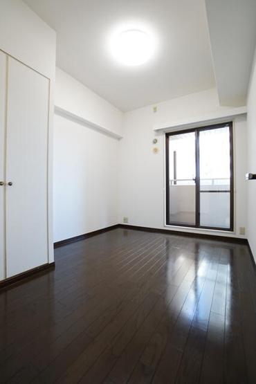 どの居室もバルコニーに面した明るい洋室で換気や採光ばっちりです!