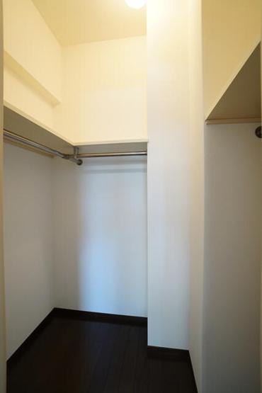 6.7帖の洋室は明るく採光がとれ、大容量のウォークインクローゼットがあります。実際にお住まいされる多くの方に喜ばれる設計です♪
