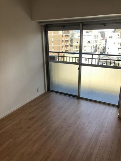 バルコニーに面した明るいお部屋。サービスルームにつながっており、書斎やファミリールームとしても利用できます